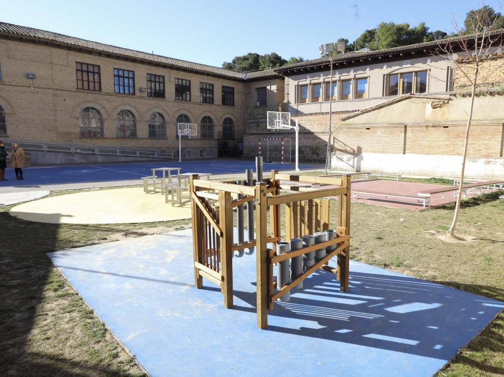 El colegio El Parque ha instalado nuevos juegos inclusivos en los patios de recreo.
