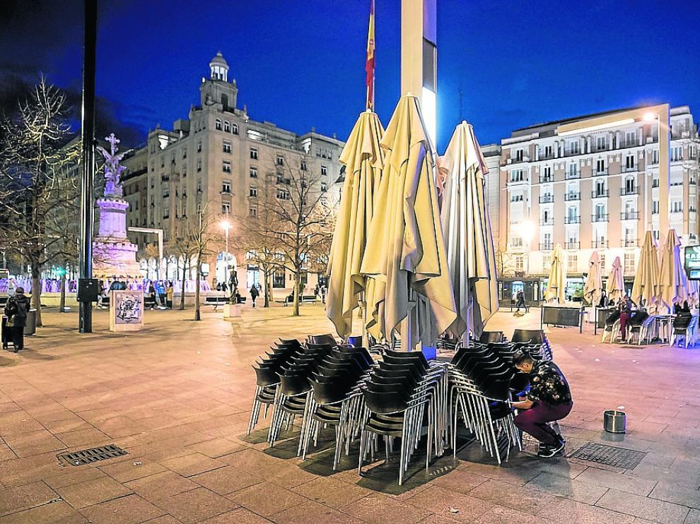 Los hosteleros de la capital zaragozana comenzaron a recoger las terrazas este viernes.
