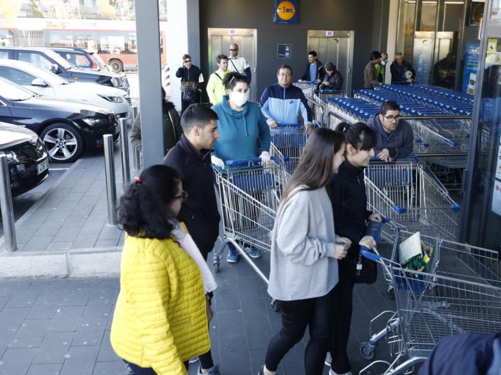 Supermercados llenos y calles semivacías