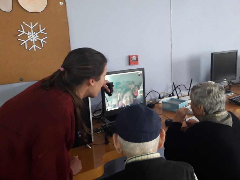 Ancianos de la residencia de Barbastro, en una conversación.