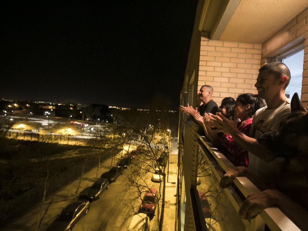 Aplausos en los balcones de Zaragoza de agradecimiento a la labor de los profesionales sanitarios en la crisis del coronavirus.