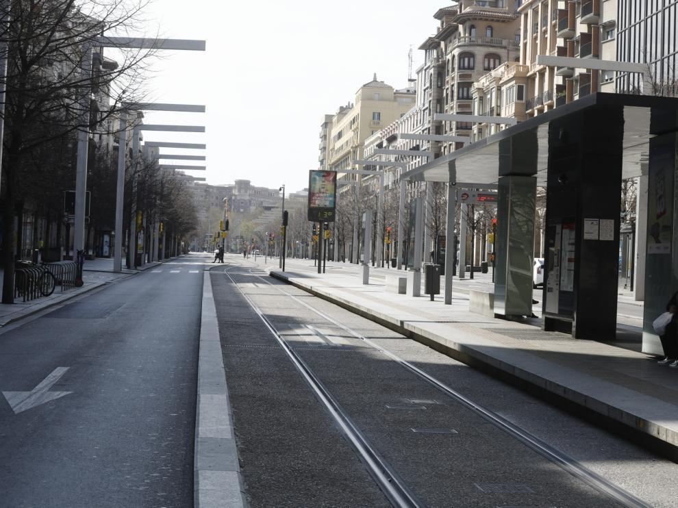 Zaragoza ha presentado este domingo un aspecto inusual tras la entrada en vigor de las restricciones a la circulación por el coronavirus.