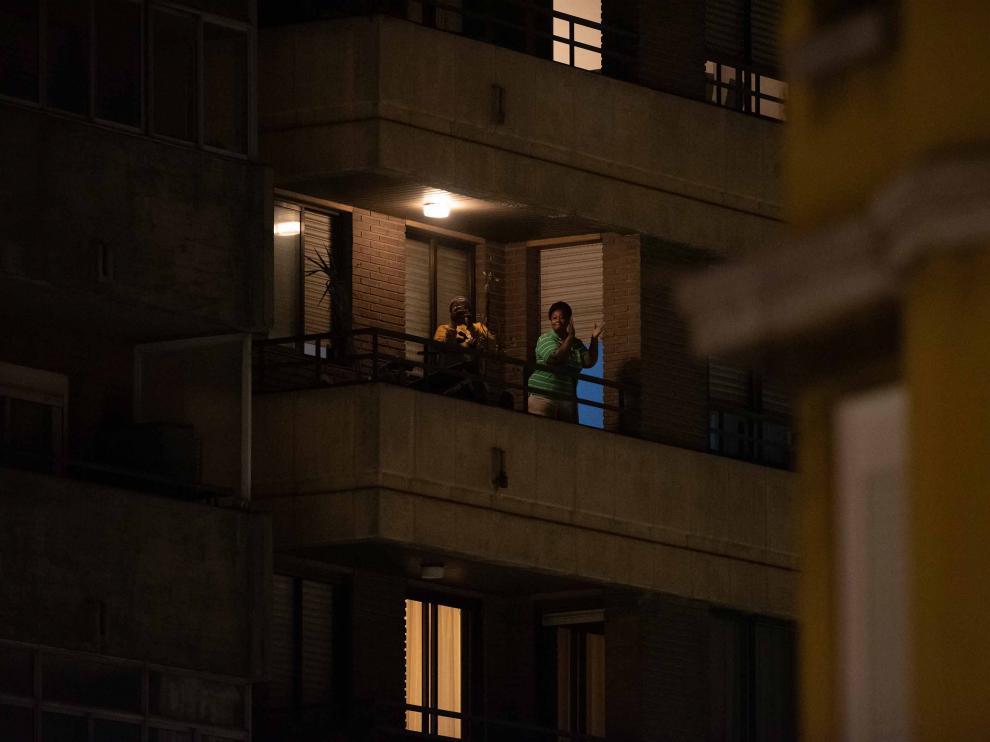 HOMENAJE A LOS SANITARIOS CON APLAUSOS DESDE LOS BALCONES / 15-03-2020 / FOTOS: FRANCISCO JIMENEZ [[[FOTOGRAFOS]]]