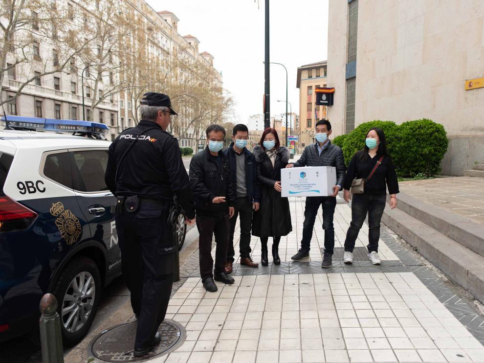 Miembros de la comunidad china en Zaragoza entregan mascarillas a la Policía Nacional