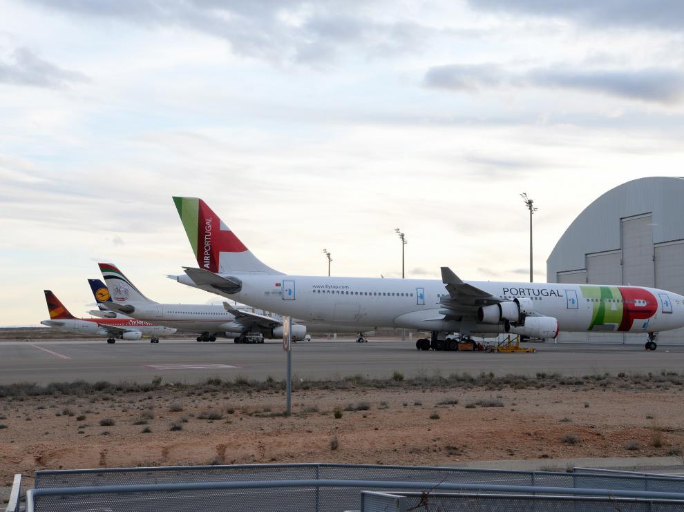 Aviones aparcados frente a los hangares del aeropuerto de Teruel.