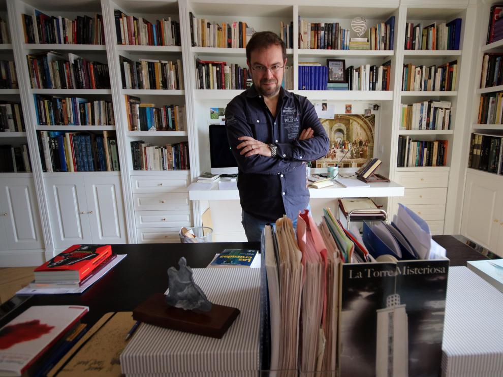 Javier Sierra, en su domicilio de Madrid, en una fotografía que le hizo ayer su hija Sonia.