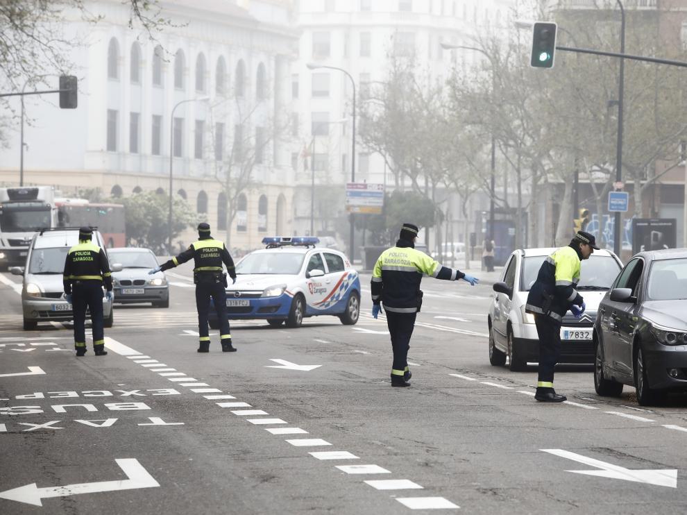 La Policía Local de Zaragoza controla la circulación de vehículo.