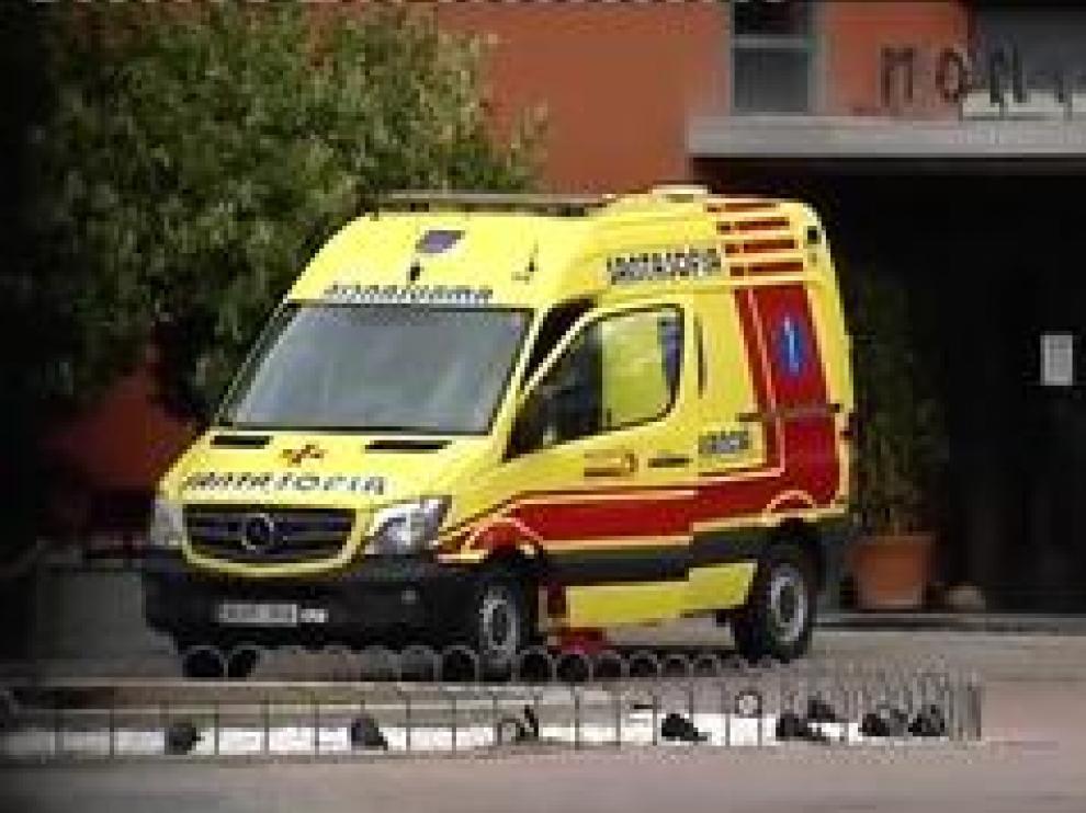 Una ambulancia llega a la residencia y minutos después lo hace un coche fúnebre. Varios agentes, protegidos con mascarillas, entran también en las instalaciones. Las empleadas guardan silencio ante las cámaras y solo una se atreve a reconocer la existencia de un brote, que más tarde confirma la Consejería de Sanidad: 17 muertos por coronavirus.