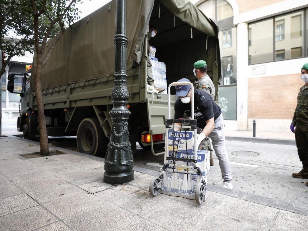 Militares de la AALOG 41 descargan alimentos en la residencia de la calle de las Armas.