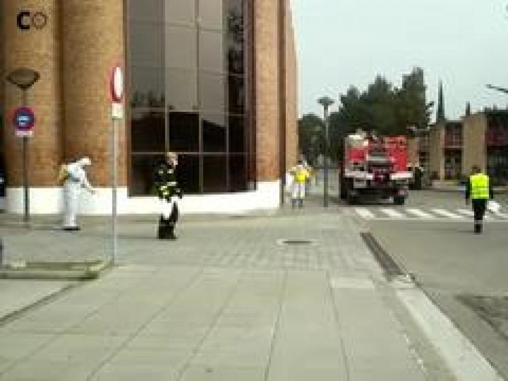 Brigadas de la UME (Unidad Militar de Emergencias) desinfectan las calles que comprenden el cementerio de la capital aragonesa.