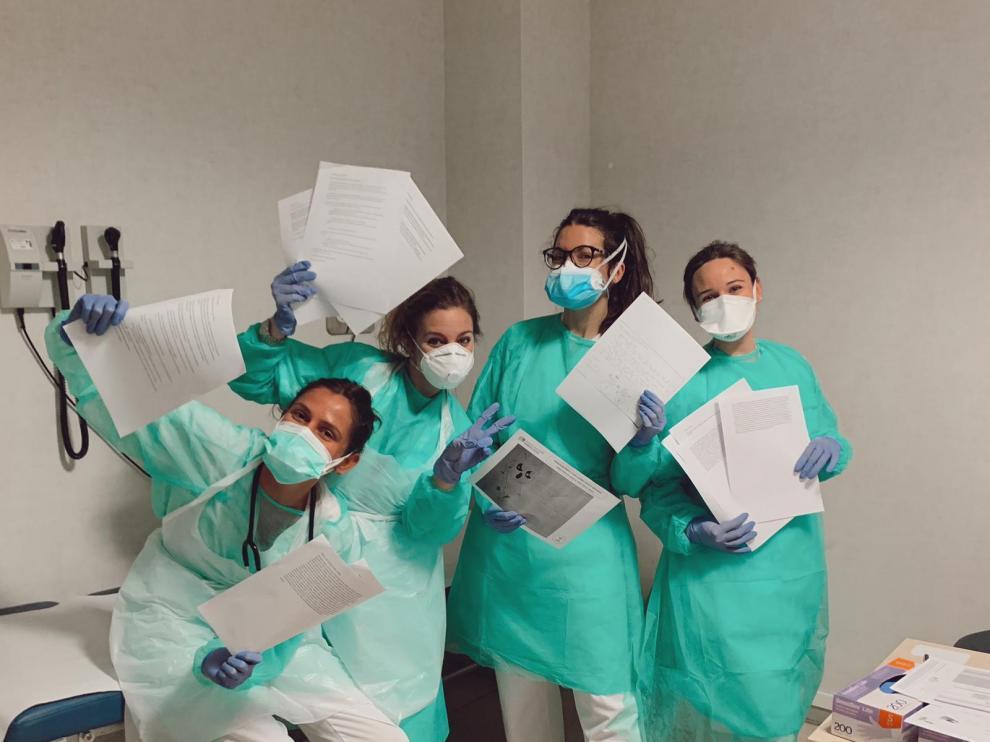 Miembros del proyecto imprimiendo algunas de las cartas recibidas en el hospital universitario Infanta Sofía.