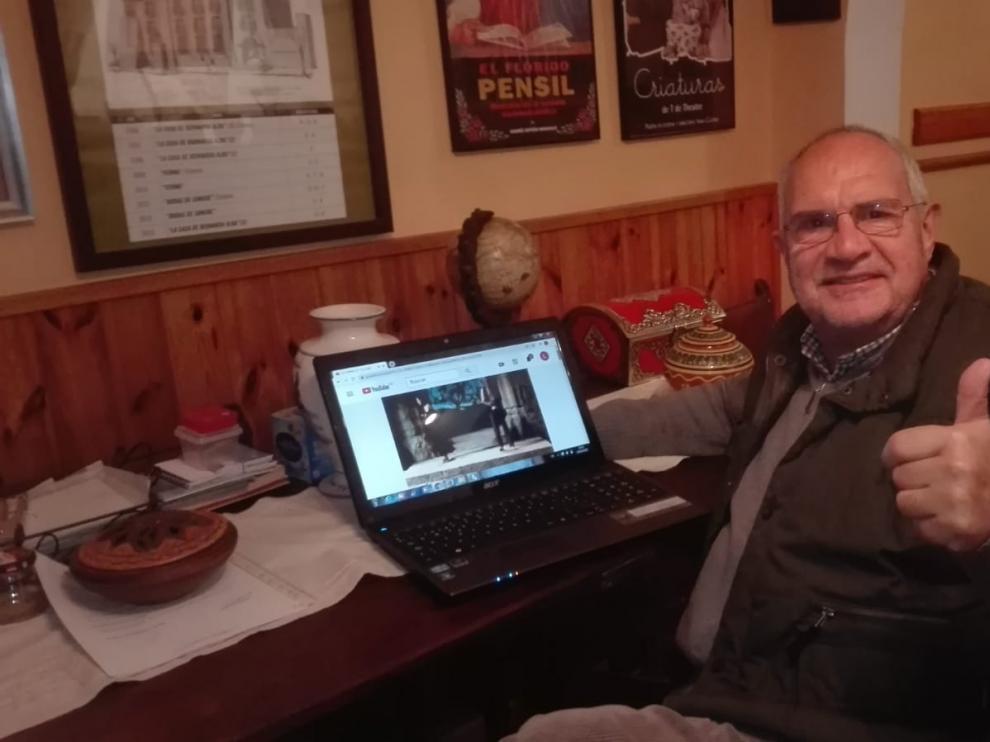 Luis Manuel Casáus frente al ordenador.