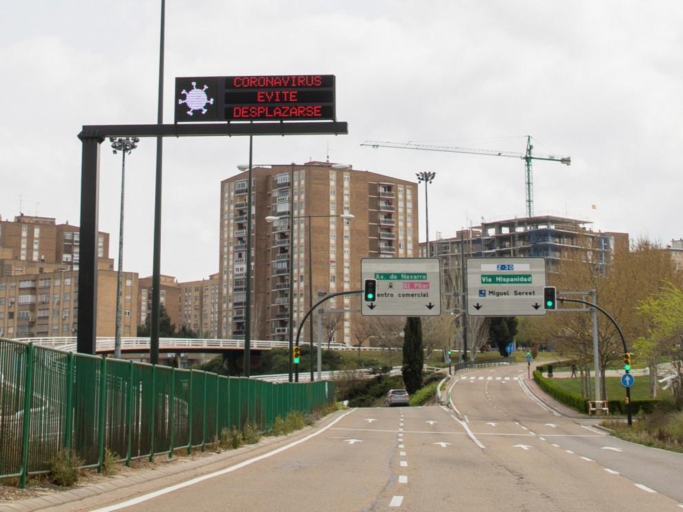 Avisos sobre el coronavirus en una de las entradas a Zaragoza.