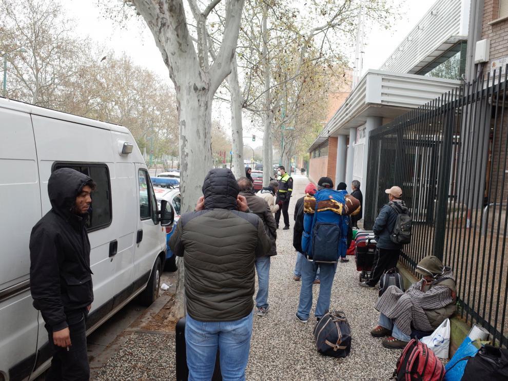 Numerosas personas sin hogar esperaban poder acceder al pabellón el pasado miércoles.