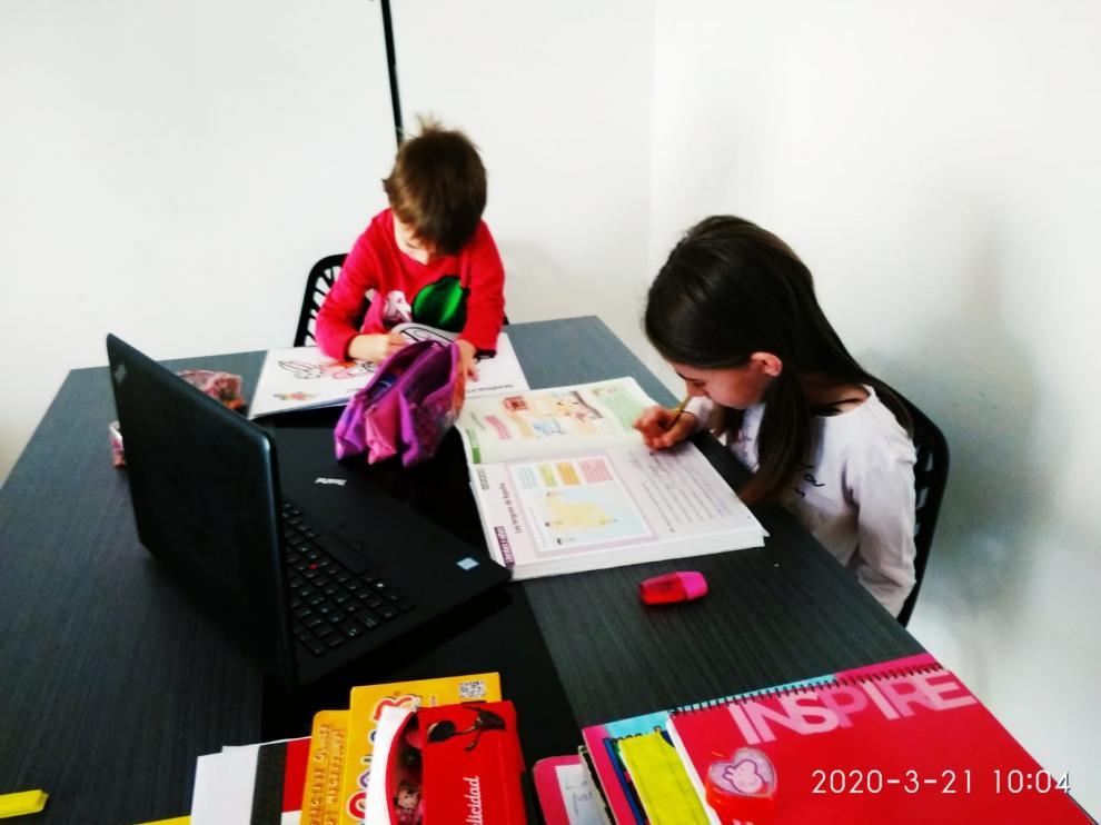 Los hijos de Nuria hacen los deberes por la mañana.