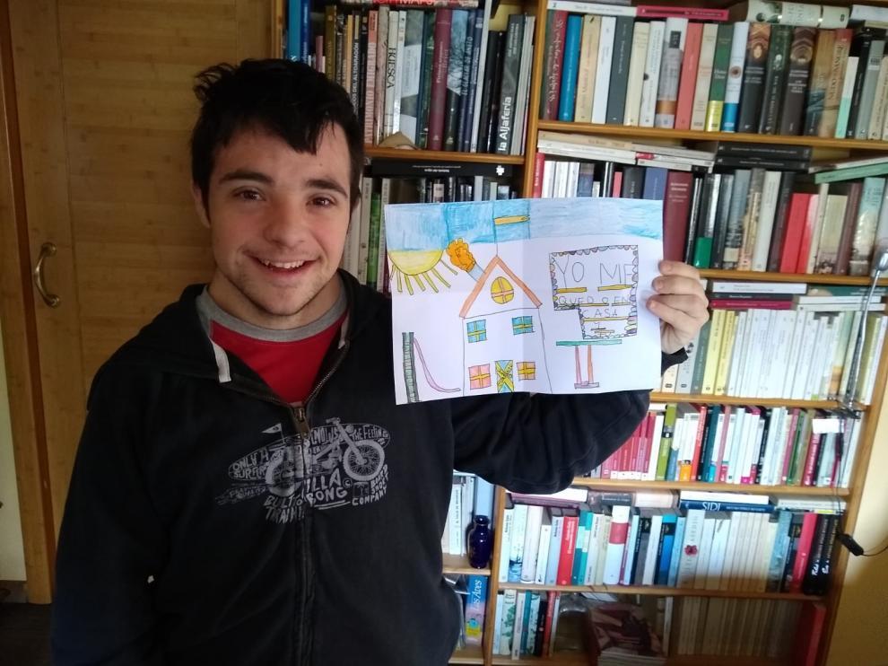 Los jóvenes de Down Huesca animan a quedarse en casa con sus arcoíris para frenar el coronavirus.