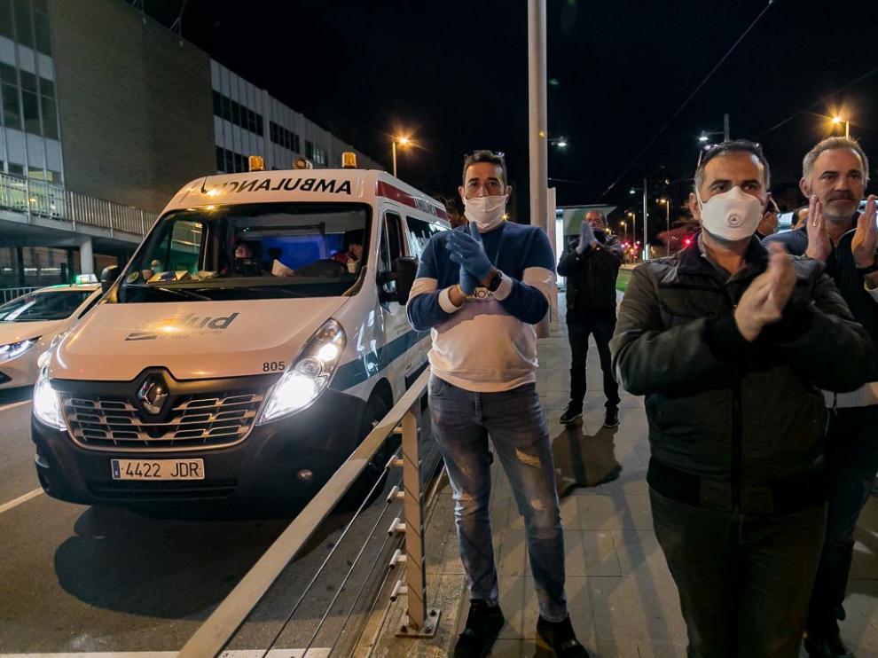 Los taxista de Zaragoza homenajean a los sanitarios
