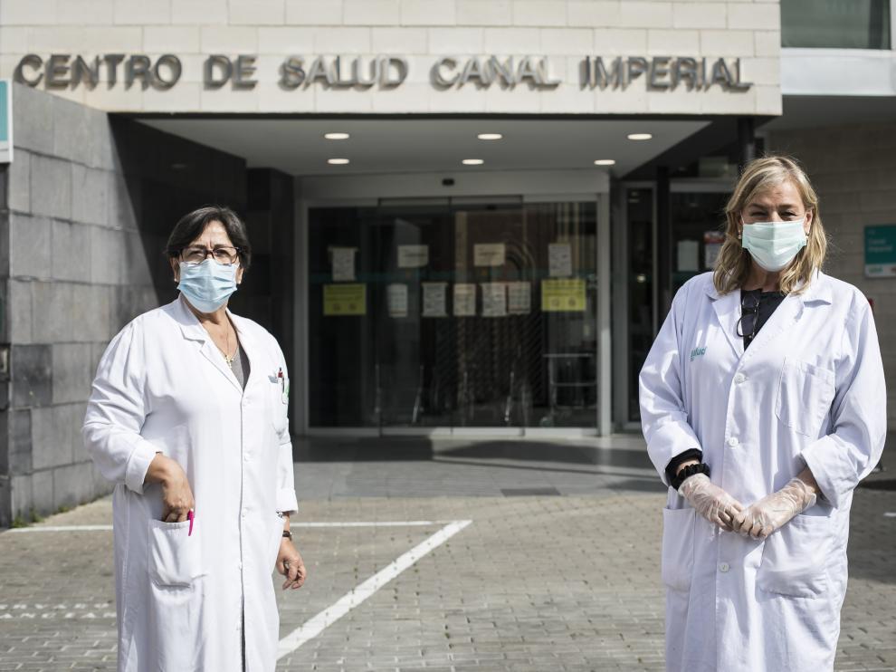 La enfermera Pilar Arilla (a la ziquierda) y la médico Pilar López Esteban, en la entrada del centro de salud Canal Imperial, en el barrio de Venecia, el pasado viernes.