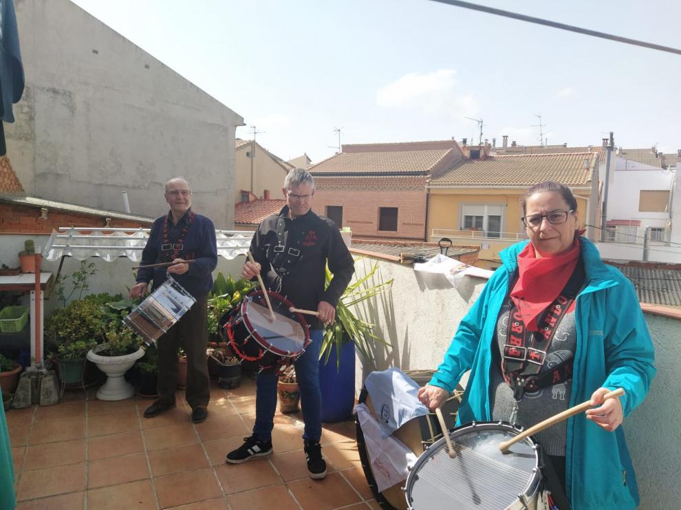 Una familia sale a tocar los tambores a la terraza en recuerdo de las Jornadas Nacionales de Exaltación suspendidas por el coronavirus.