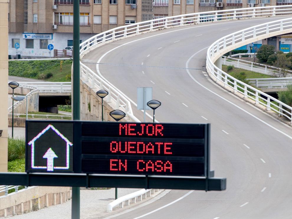 Vista de una carretera de Zaragoza este viernes con un aviso para evitar desplazamientos.