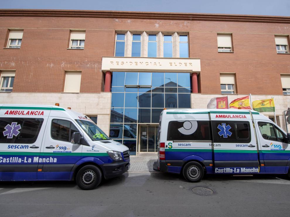 Dos ambulancias con personal médico llegan a la residencia en Tomelloso (Toledo), donde 14 ancianos han muerto esta semana víctimas del coronavirus.
