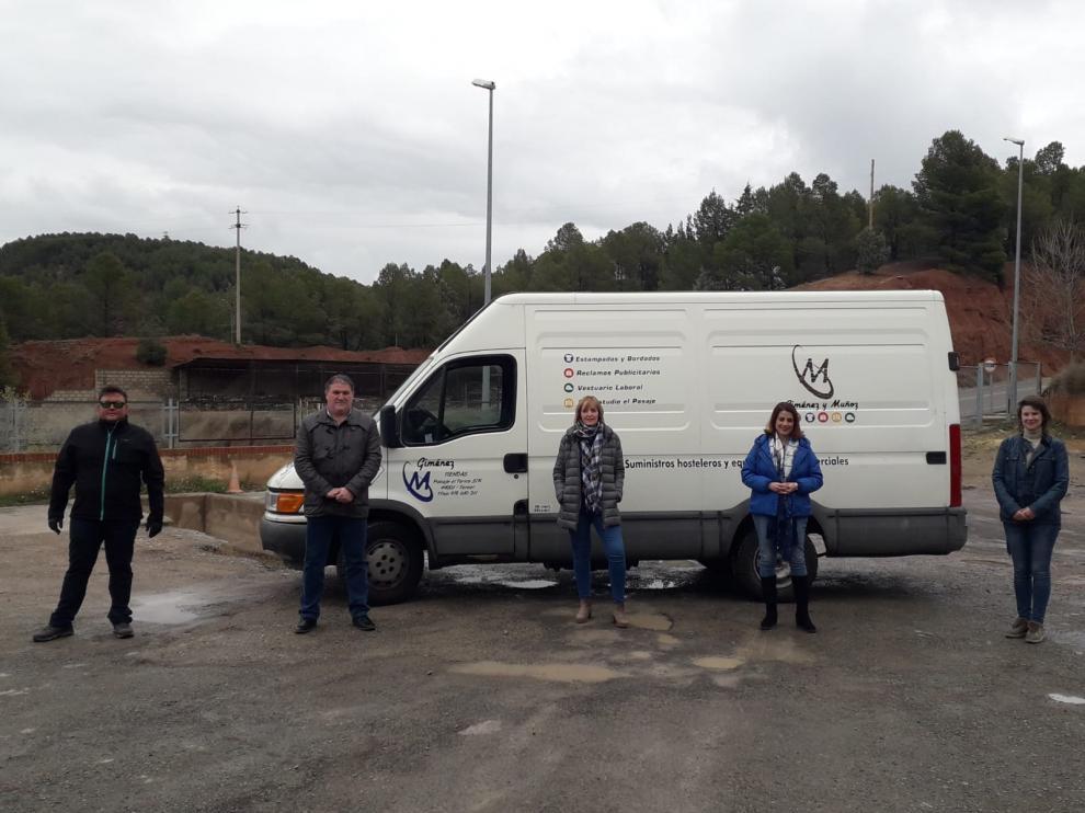 Representantes del Ayuntamiento y de la empresa donante en la entrega de productos de limpieza al Ayuntamiento.