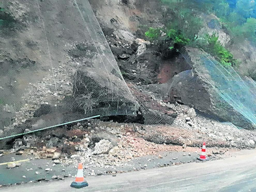 Un equipo de la brigadas se desplazó el jueves a la carretera de Santaliestra por un deseprendimiento.