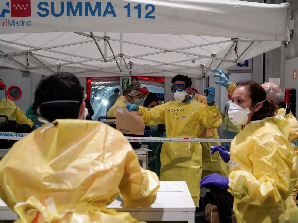 GRAF246. MADRID, 22/03/2020.- Uno de los primeros pacientes con coronavirus llega anoche a uno de los pabellones del recinto ferial Ifema habilitados para albergar 1.396 camas, en Madrid. EFE/ Comunidad De Madrid Llegada de pacientes al Ifema