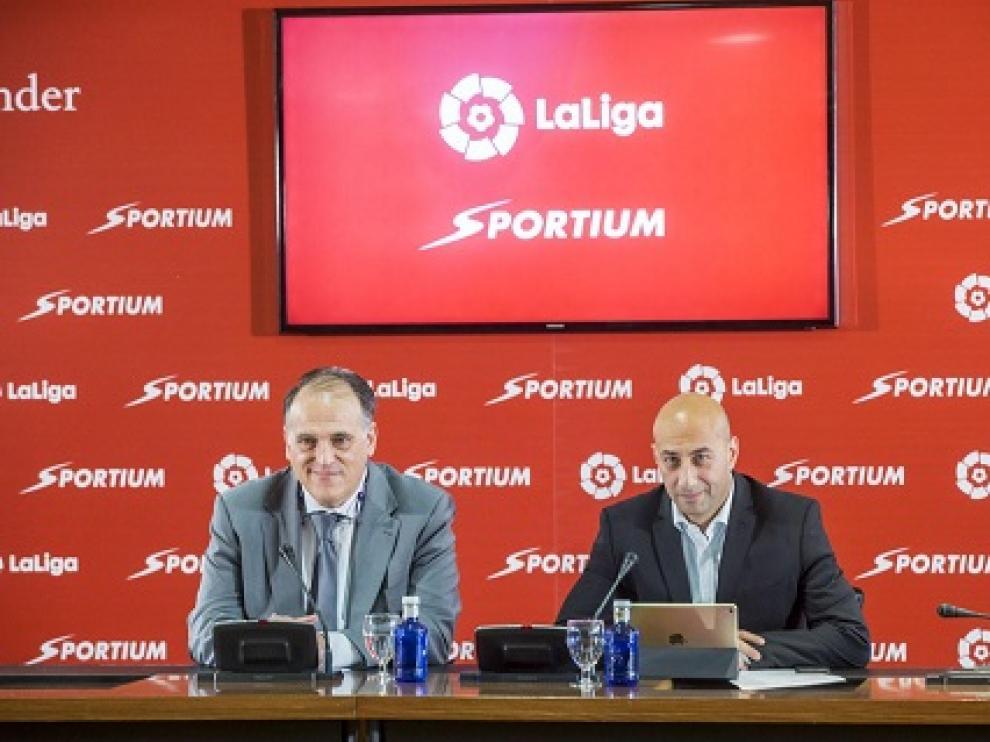 Javier Tebas y el consejero delegado de Sportium, Alberto Eljarrat, en la renovación de su convenio.