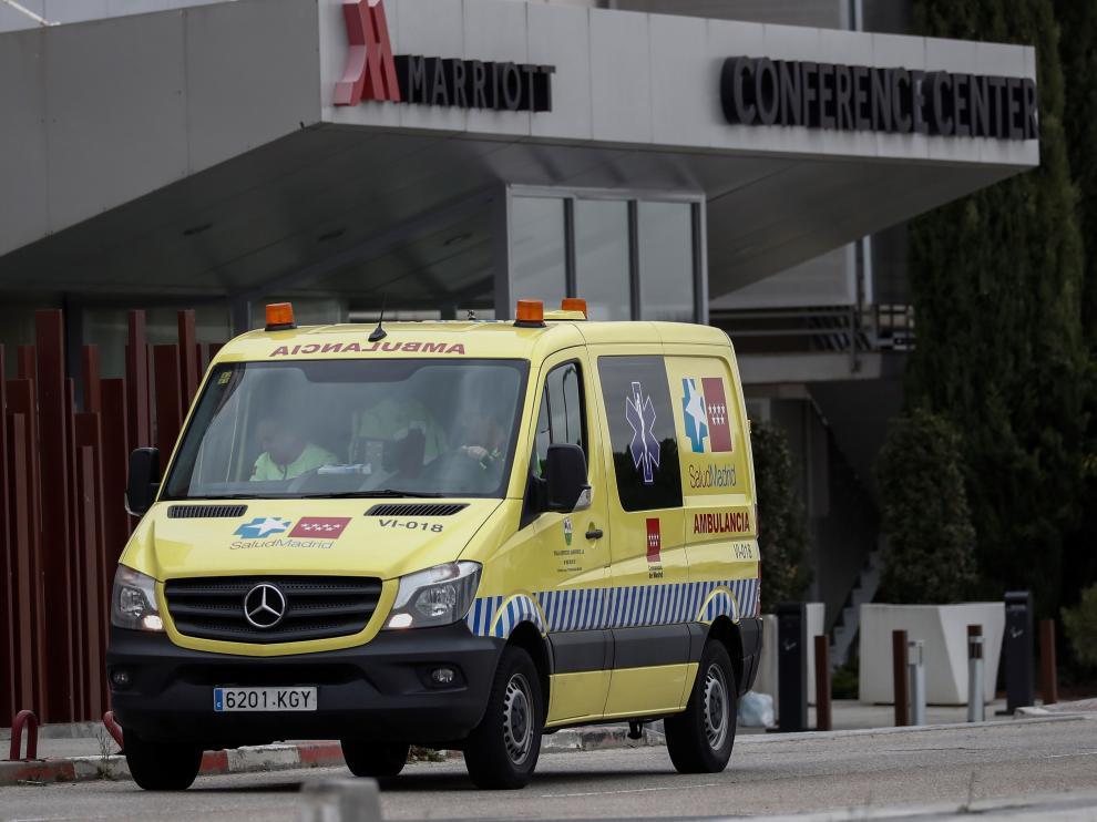 Una ambulancia a las puertas del Hotel Marriot de Madrid, medicalizado para acoger pacientes del Hospital Universitario de Torrejón de Ardoz, el Hospital Príncipe de Asturias de Alcalá y el Hospital Universitario del Henares, en Coslada.