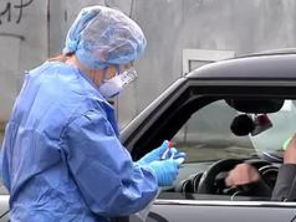 Ya han empezado a distribuirse los test rápidos para detectar coronavirus. Son 640 mil pruebas que se empezará a distribuir de manera equitativa entre las comunidades autónomas. Los primeros destinatarios de estos test serán los sanitarios que se enfrentan a diario al contagio en su puesto de trabajo y los mayores que viven en residencias de la tercera edad.