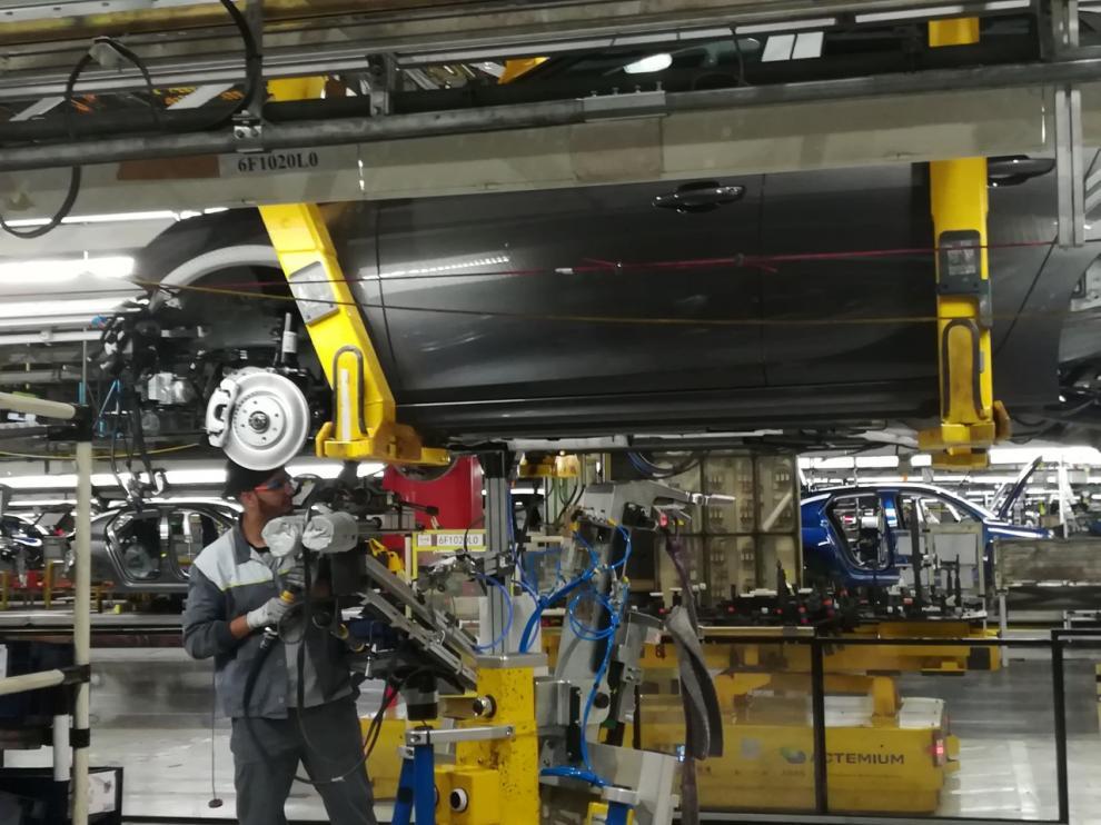Un operario trabajando en las instalaciones de Figueruelas