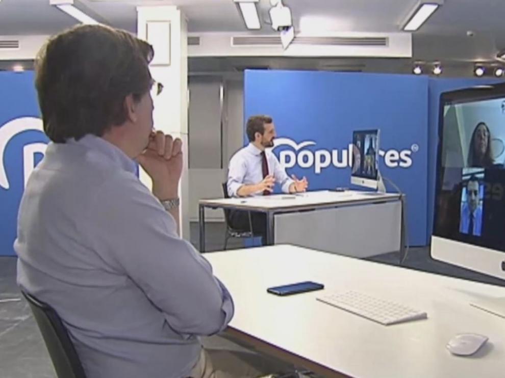 Casado mantiene una videoconferencia con alcaldes de la FEMP del PP