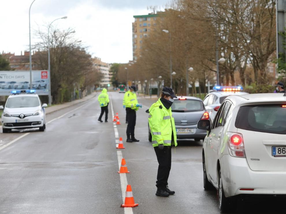 La Policía Local y la Policía Nacional se turnan para realizar controles en los accesos y salidas de Huesca.