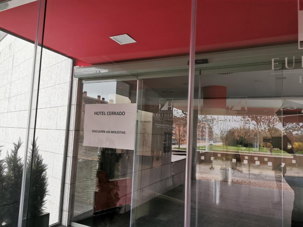 Los hoteles, como este de Jaca, llevan más de una semana cerrados ya.