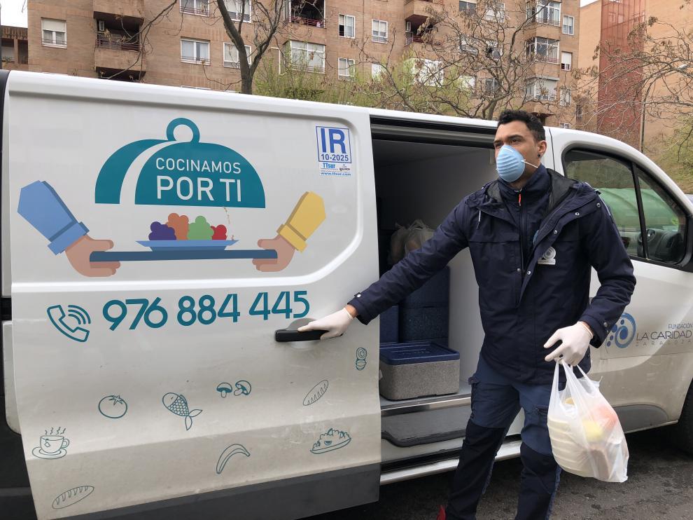 Óscar Gomes repartiendo con su furgoneta