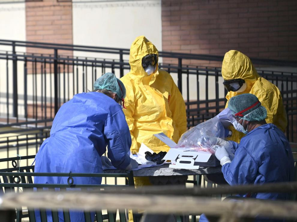 Rome (Italy), 24/03/2020.- Medical staff in protective suits work in the garden of the nursing home Papa Giovanni XXIII where some guests have tested positive to coronavirus, in Rome, Italy, 24 March 2020. (Italia, Roma) EFE/EPA/CLAUDIO PERI Coronavirus in Italy