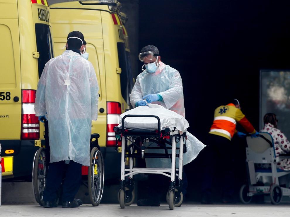 Equipo sanitario traslada a un enfermo de coronavirus en el hospital de Bellvitge, en Hospitalet de Llobregat. el pasado viernes.