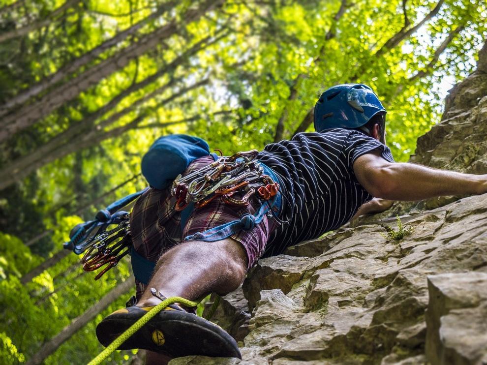 La escalada es un deporte que se puede practicar al aire libre o bajo techo.