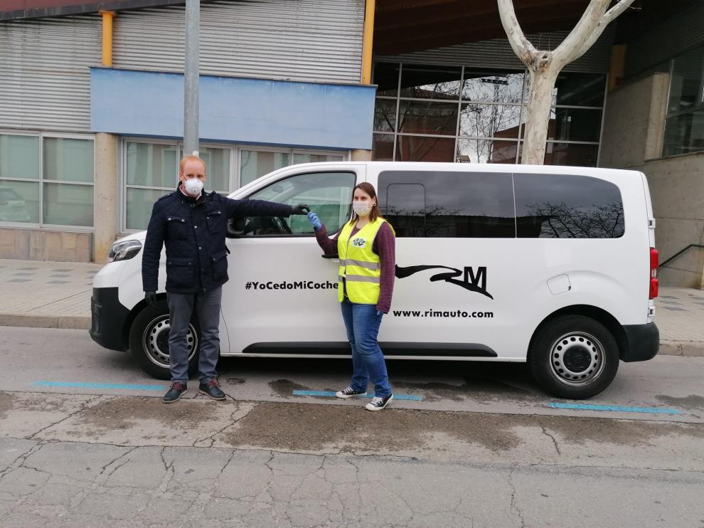Acto de entrega de la furgoneta para el programa de atención a los mayores 'Aislados pero no solos'.
