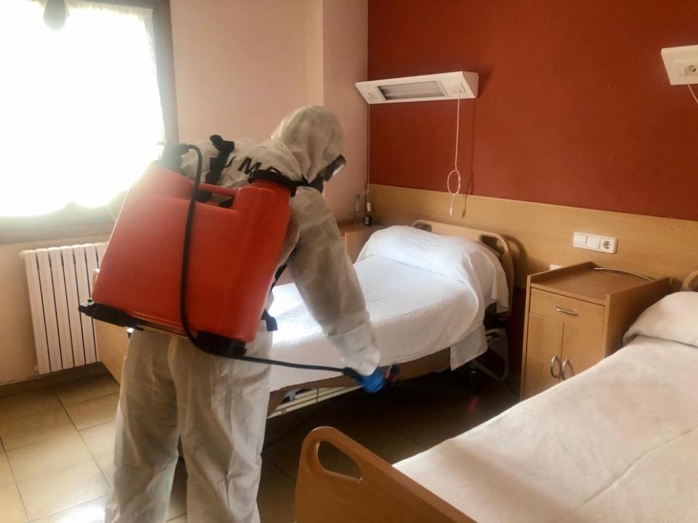 Un militar de la UME desinfecta una habitación de una residencia de la tercera edad en Biescas.