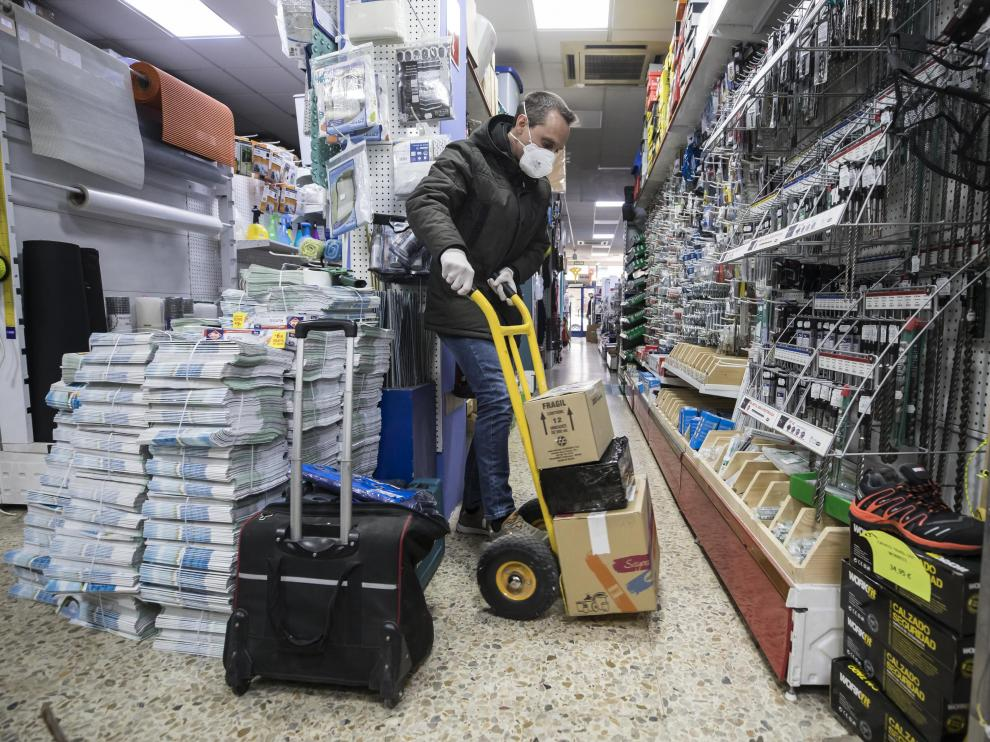Alberto Artigas, este martes, prepara uno de los encargos en el interior de la tienda.