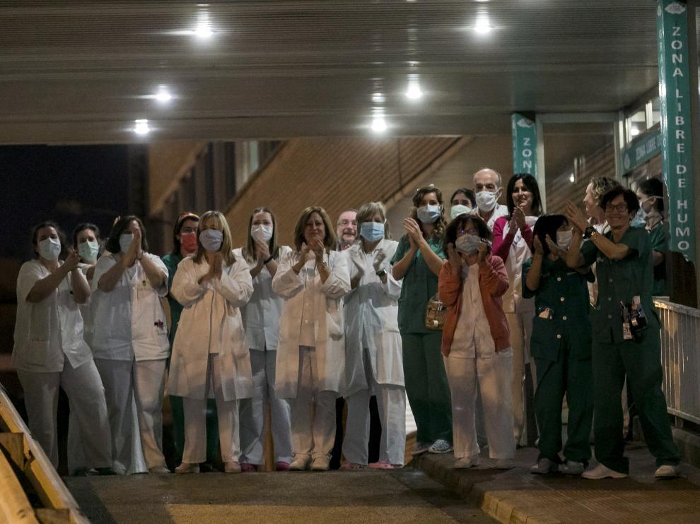 Personal del Miguel Servet en la puerta del centro hospitalario durante la hora de los aplausos en una foto de archivo