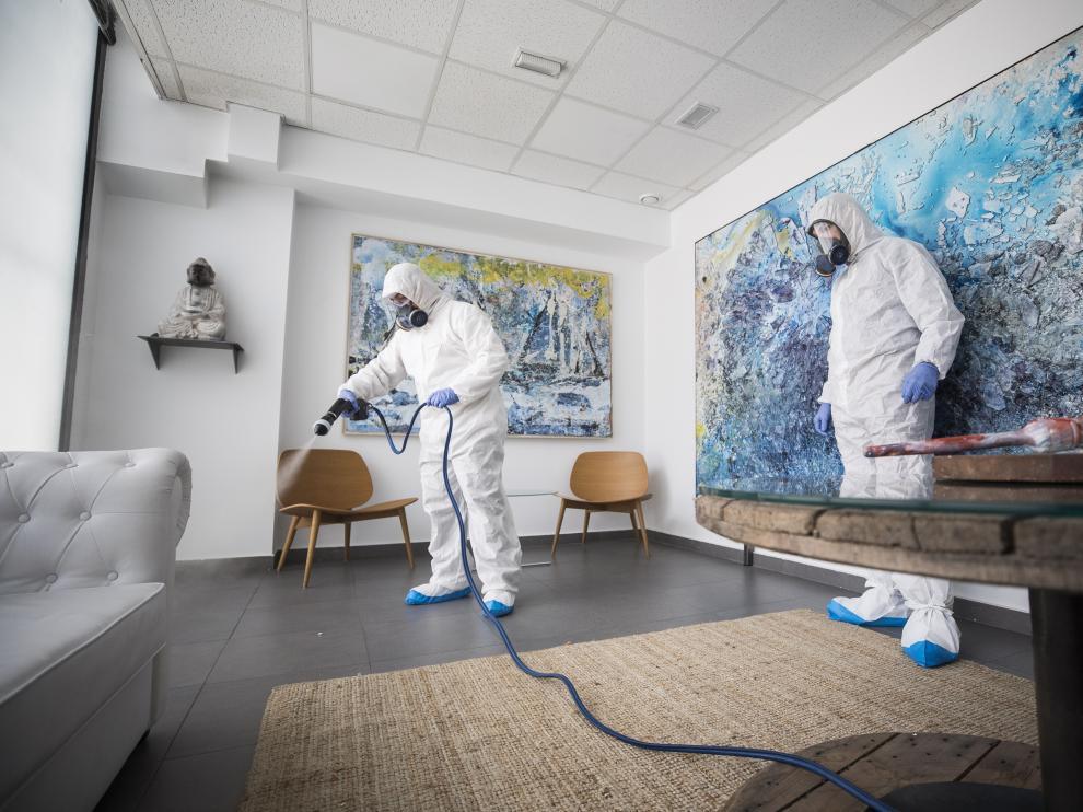 Técnicos de Tecnobio desinfectan una estancia de la empresa Delrío Comunicación Audivisual.