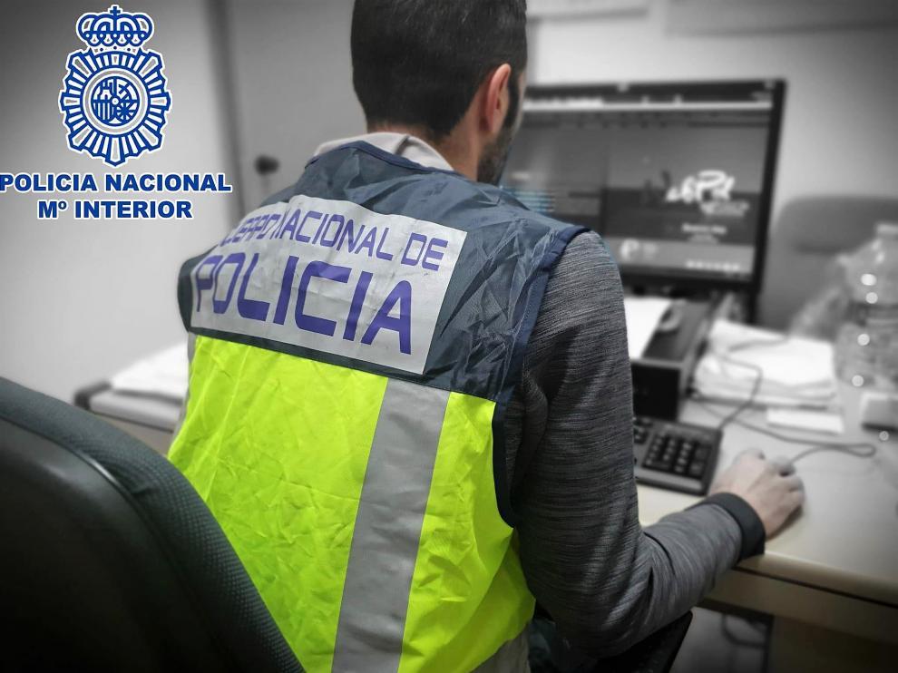 Un agente del Grupo de Delitos Tecnológicos de Huesca.