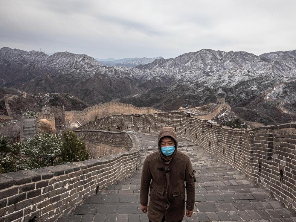 Beijing (China), 26/03/2020.- A tourist wearing a protective face mask walks at an almost empty Badaling Great Wall, in Beijing, China, 26 March 2020. China has reopened Badaling section, one of the most popular tourists section of The Great Wall which was closed due to the coronavirus outbreak. While the new cases of Covid-19 in China has plummeted, the disease now is spreading dramatically around the world. It has so far killed more than 22,000 people worldwide. (Abierto) EFE/EPA/ROMAN PILIPEY Coronavirus pandemic, in Beijing