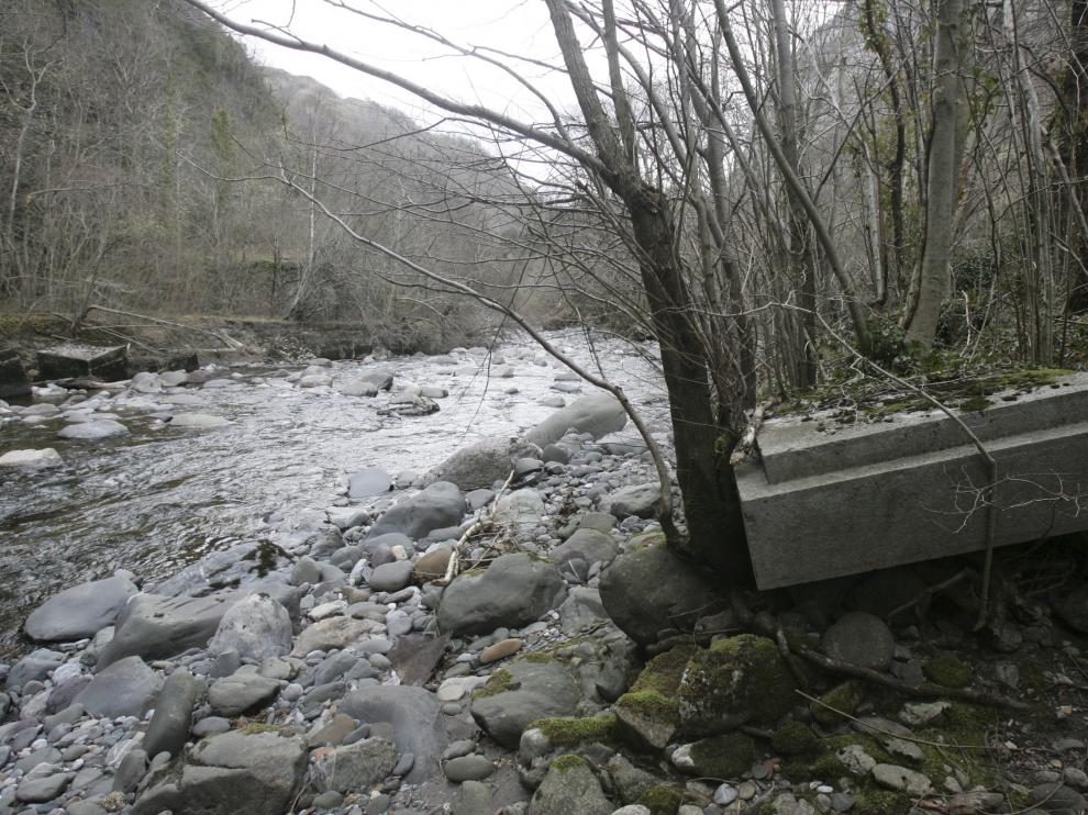 Restos del puente de L'Estanguet.