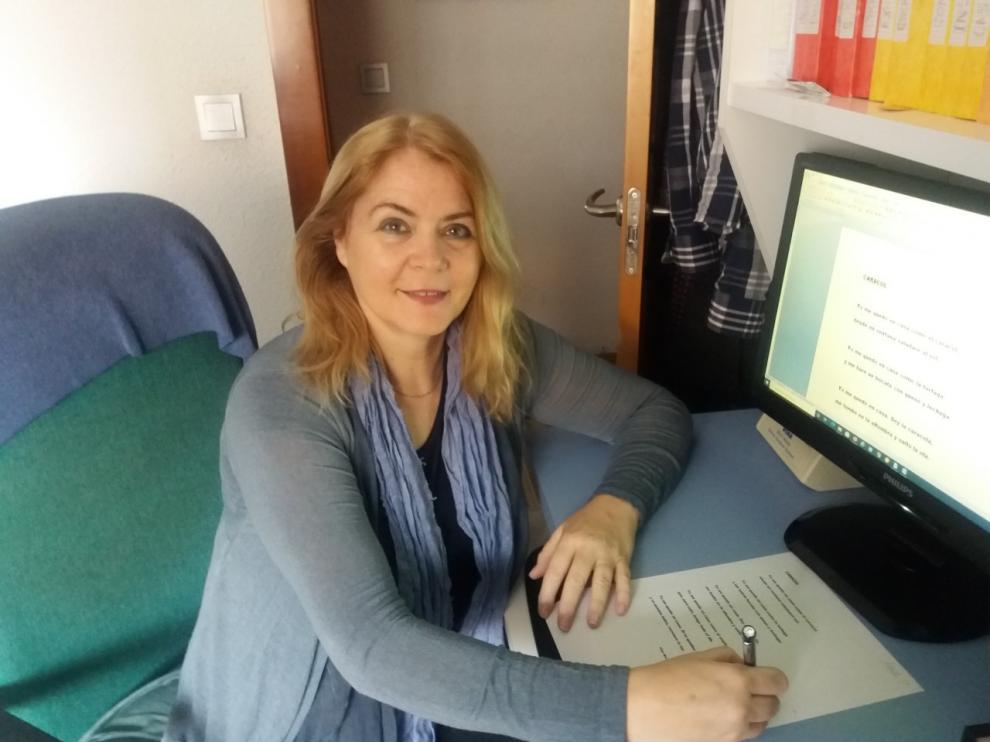 Pilar Martínez, como cada mañana, escribiendo un poema para sus alumnos.