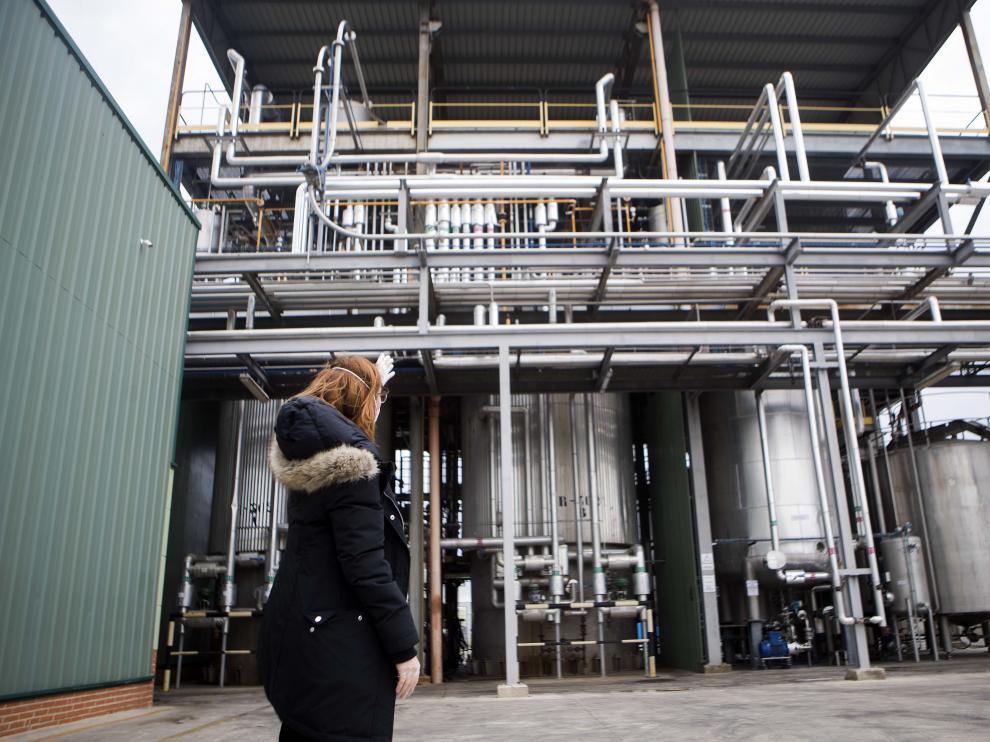 La directora industrial de Solutex, Laura Gil, enseña los reactores de preparación del gel desinfectante, este jueves.