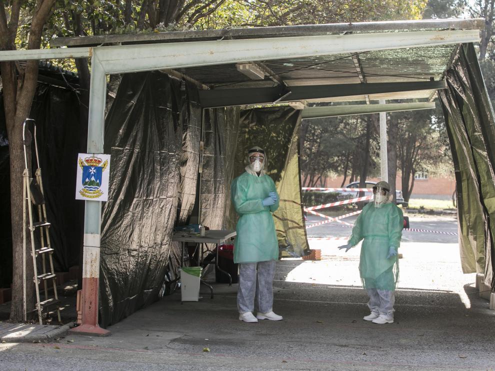Un aspecto del dispositivo para la toma de muestras junto al Hospital Militar de Zaragoza.